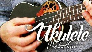 Un musicien en train d'attaquer les cordes de son ukulélé avec un médiator hésite entre le fait de devoir jouer aux doigts ou au médiator ou avec un plectre.